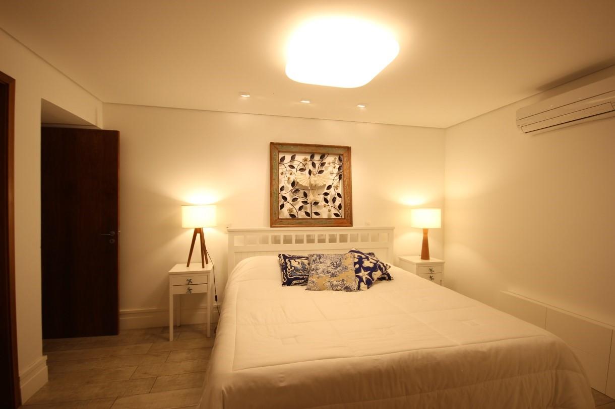 Abajures e plafon no quarto de casal em Barra do Sahy – SP