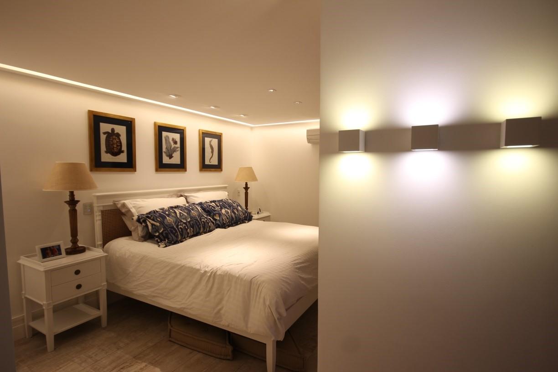 Iluminação para quarto de casal com arandelas na lateral