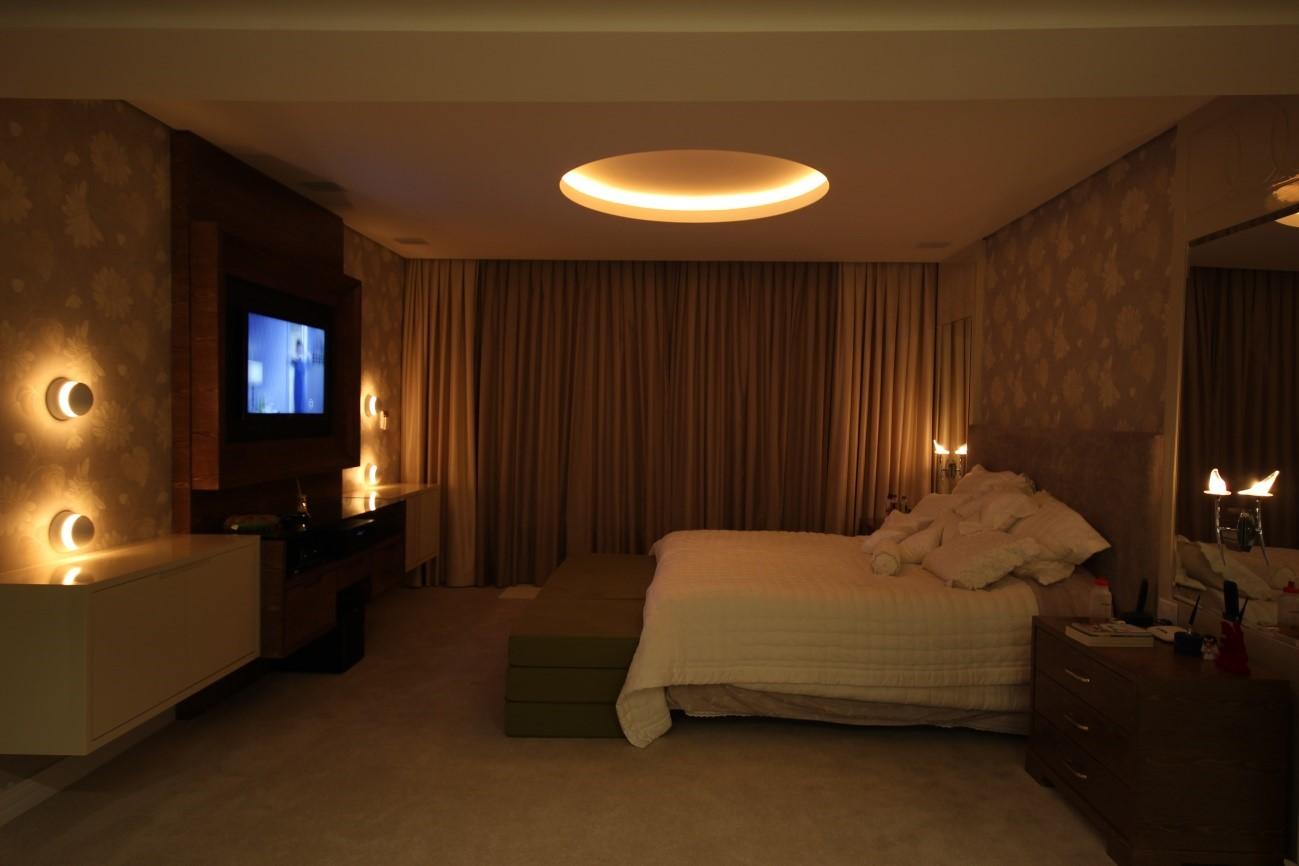 Ambiente aconchegante do quarto de casal com iluminação indireta
